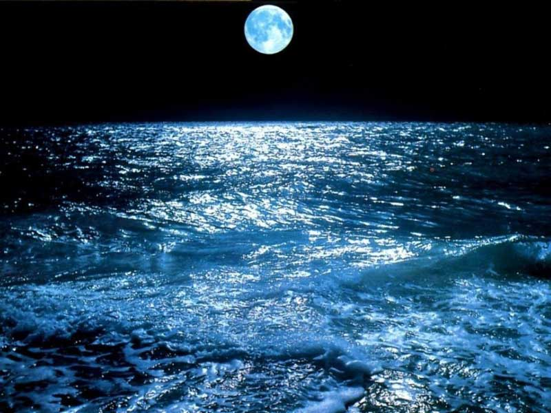 Luna sobre oceano