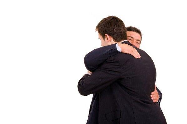 abrazo hombres